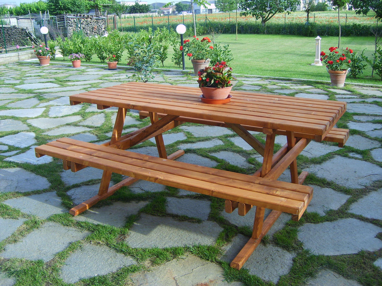 tavolo in legno con panche da esterno trattato con impregnanti naturalii